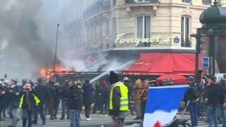 """""""Gilets jaunes"""": les images du Fouquet's en feu"""
