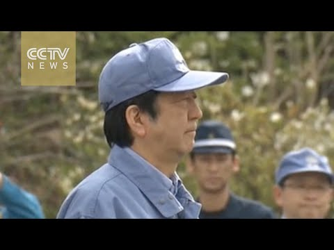 Shinzo Abe visits Kumamoto nine days after deadly quake