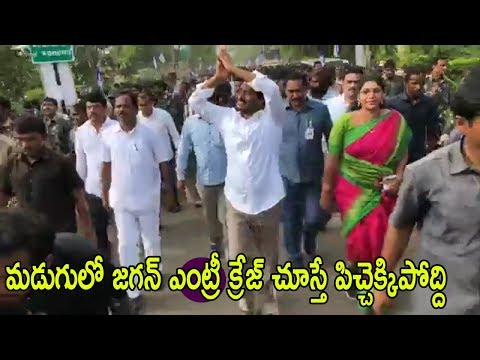 YS Jagan Praja Sankalpa Yatra at Madugula Vizag District Fans Welcome Grand Entry  | Cinema Politics