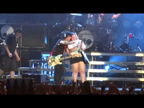 Green Day - Basket Case (with Girl Playing Knowledge Cover) - Soundwave Sydney 23rd Feb 2014 video