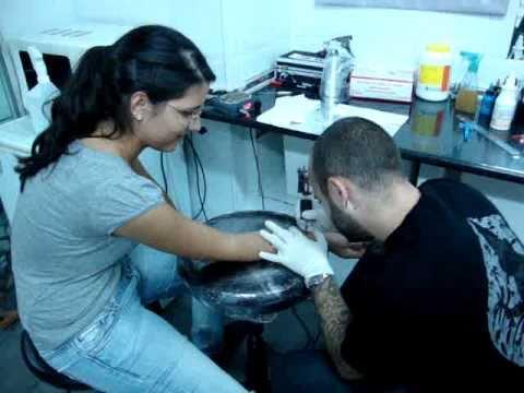 Mati Haciéndose su 1er Tattoo