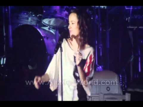 alizee cantando horrible en el auditorio nacional!! la isla...