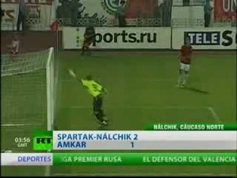 El peculiar tanto fue anotado en un partido de la Liga Premier Rusa entre los equipos de FC Amkar Perm y el PFC Spartak Nalchik. El video ya ha sido visto po...