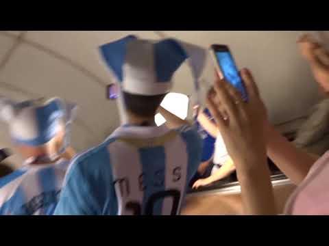 Аргентинские болельщики поют в метро Петербурга