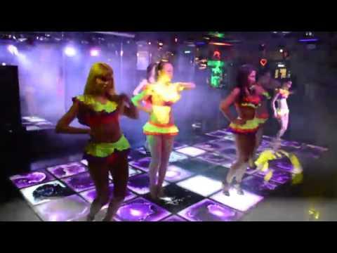 Девушки в коротеньких юбочках танцуют в клубе go go