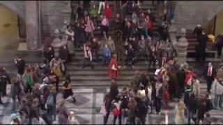 Thumb Comercial de vtm con 200 personas bailando en la Estación Central de Antwerpen