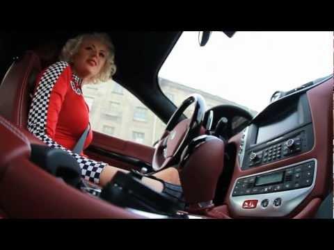 Блондинка за рулем Maserati GranTurismo