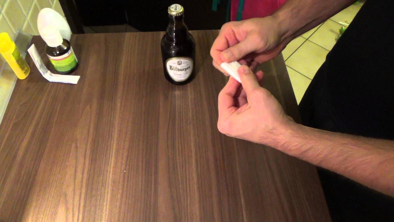 bierflasche mit einem blatt papier ffnen open beer bottle. Black Bedroom Furniture Sets. Home Design Ideas
