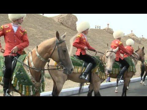 В Туркменистане стартовал уникальный пробег на ахалтекинских скакунах