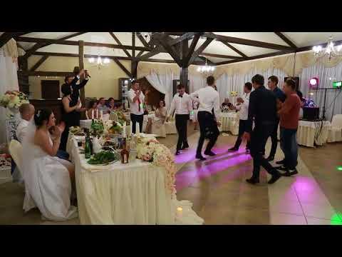 Лезгинка на русской свадьбе. Чтобы выкупить букет невесты парень станцевал лезгинку