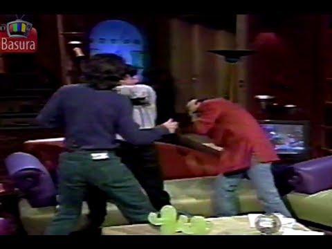 Adal Ramones golpeado por un