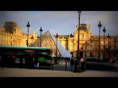 Tourists in the Louvre Museum in Paris (timelapse)