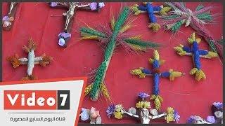 بالفيديو..صليب من الزهور المجففة وتاج المسيح من غصن الورد للاحتفال بعيد السعف