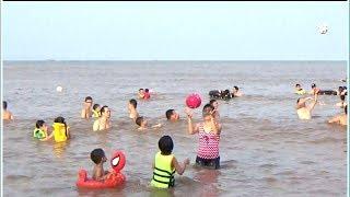 Bé Đi tắm Biển Phần 3- Thanh Băng &Mẹ chơi chuyền bóng trên biển cực vui.