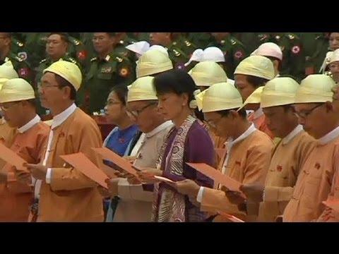 Аун Сан Су Чжи поклялась защищать то, с чем боролась...