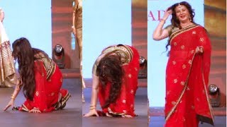 Poonam Dhillon falls down while walking on the ramp - EMBARRASSING MOMENT.