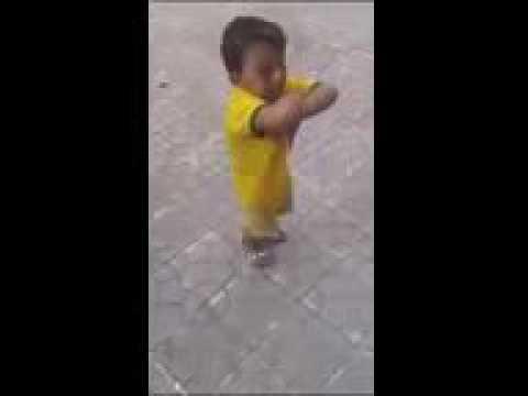 رقص طفل مغربي على انغام الرااي thumbnail