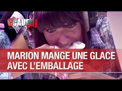 Marion mange un pot de glace avec l'emballage - C'Cauet sur NRJ