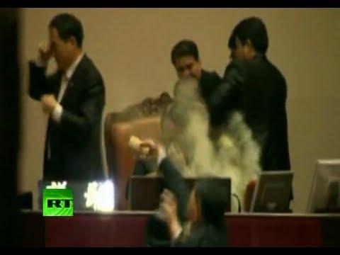 Un diputado surcoreano se enojó y lanzó una bomba lacrimógena en pleno debate