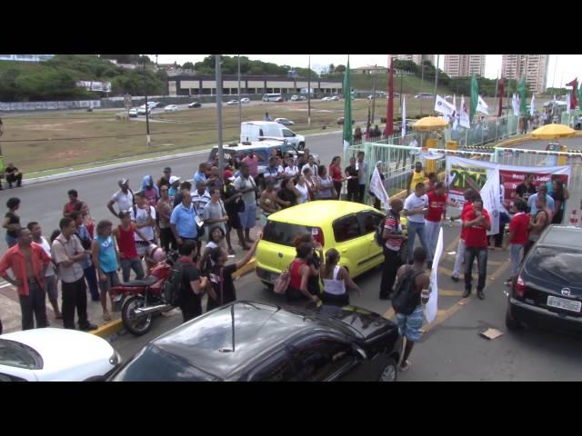 Comerciários param atividades na Ferreira Costa