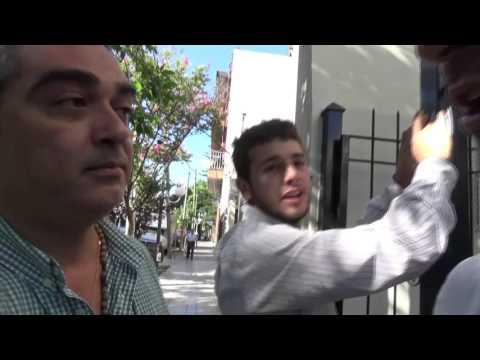 El papelón de un funcionario que finge ser agredido por vecinos