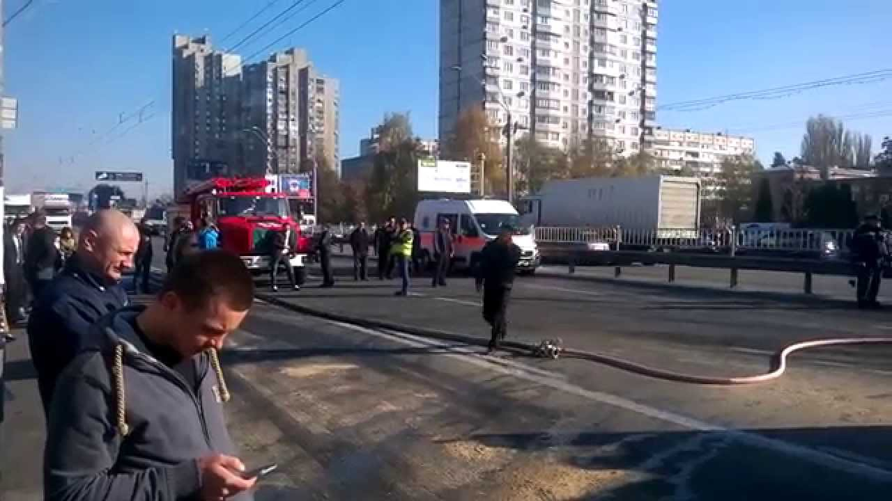 Перевернутая цистерна с маслом парализовала движение в центре Киева