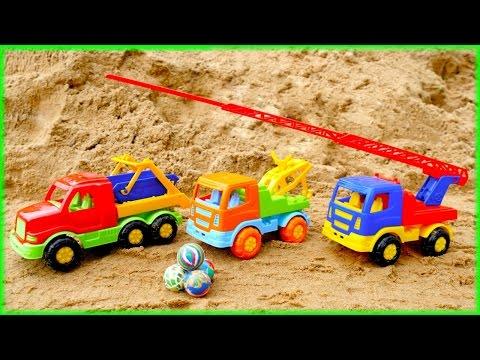 Игры в песочнице. Машинки собирают мячики