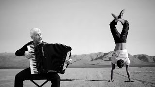 French Accordion Music & Hand Balancing - Claude Thomain - Accordeon acordeon akkordeon fisarmonica