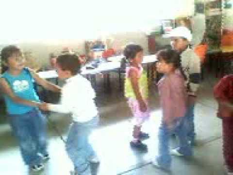 niños de preescolar bailando