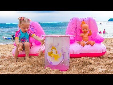 नस्तास्या और गुड़िया समुद्र तट पर खेल रही हैं