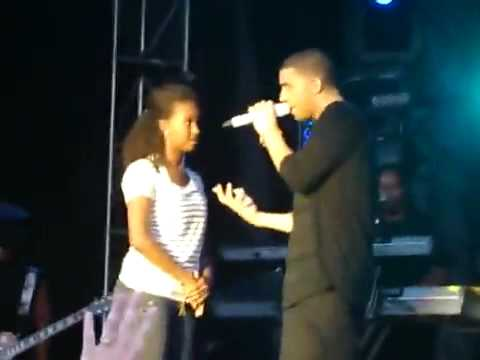 Drake Rejects Kiss From Girl On Stage
