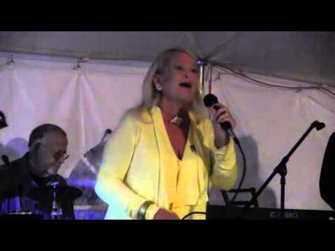 Lynn Anderson Sings I Beg Your Pardon in Artesia NM