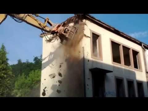 Démolition d'un bâtiment à la pelle mécanique