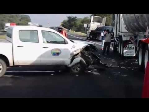 Accidente en la autopista deja solo daños materiales.