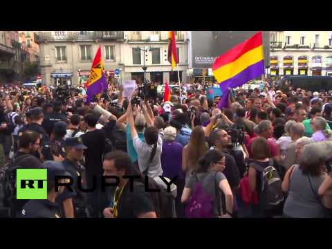Spain: Republican protesters fight police on Madrid streets