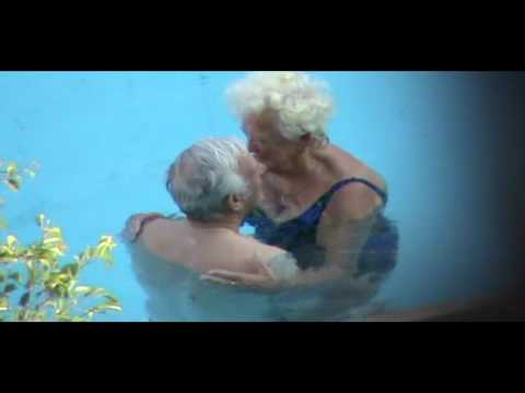 old loving couple in the pool любовь - морковь