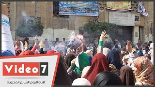 طالبات الإخوان يشعلن الشماريخ أمام كلية التجارة بجامعة القاهرة