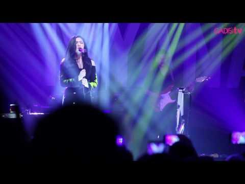 Isyana Sarasvati - Mimpi / Tetap Dalam Jiwa (Live at Raisa & Isyana Showcase)