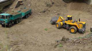 RC CONSTRUCTION ZONE, RC WHEEL LOADER, Kipper mit Tandemhänger wird Beladen radlader
