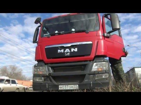 В Астрахани более двух часов эвакуировали грузовик, застрявший на газоне