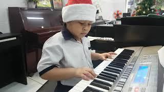 Bé Bảo Long chơi bài Jingle Bells