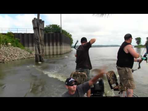 Bowfishing Illinois River Carp on The Illinois River