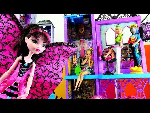 Кукла #БАРБИ в гостях у Дракулауры #МонстерХАЙ Экскурсия по Школе Монстров! #Куклы Видео для девочек