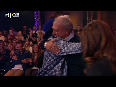 Pharrell ontroerd door ouders overleden Dennis - RTL LATE NIGHT