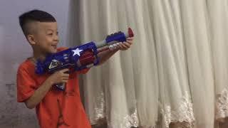 Cười vỡ bụng với các bé chơi bắn súng