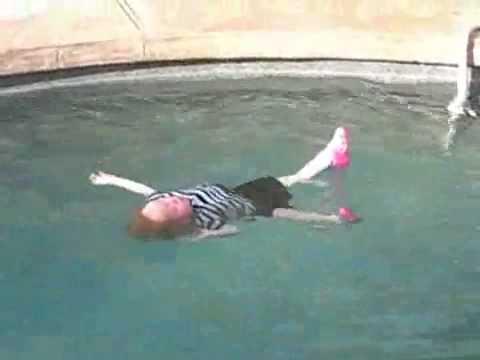 Un b b jet l 39 eau se retourne sur le dos youtube for Bebe dans piscine