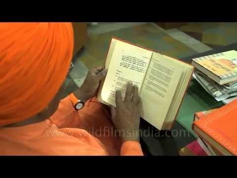 Swami Agnivesh reciting Hindu holy books