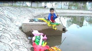 Ngọc Ruby Chơi Giải Cứu Những Con Vật Dưới Hồ Bơi -  Giải Cứu Cá Sấu, Ếch*_*Baby channel