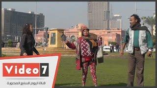 رجل وامرأتان يهتفون ضد مبارك بالتحرير