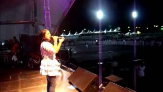 Angielly cantando na Festa do Trabalhador SENAI
